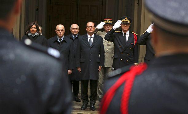Ranskan presidentti Francois Hollande (kesk.), sisäministeri Bernard Cazeneuve (toinen vas.) ja Pariisin poliisipäällikkö Bernard Boucault (oik.) pitivät hiljaisen hetken keskiviikon iskun uhrien muistolle.