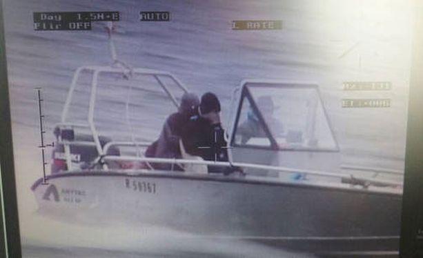 Poliisi kaipaa vihjeitä tämän veneen ja siinä olevien henkilöiden liikkeistä.