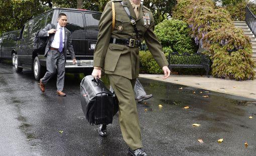 """Minne USA:n presidentti liikkuukin, mukana on aina salaperäinen salkku """"ydinjalkapallo"""", jolla voidaan tiettävästi oikeuttaa ydinisku."""