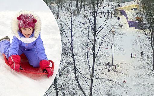 Talvi valloitti Helsingin! Katso 50-kertaiseksi kiihdytetty video Kaisaniemen pulkkamäestä