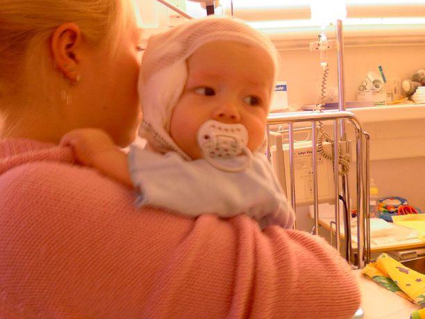 Nykyään 12-vuotias poika sai vauvaiässä patterista palovammoja, joiden arvet näkyvät vielä tänäänkin. Kuvassa poika sairaalassa äitinsä kanssa hieman onnettomuuden jälkeen.