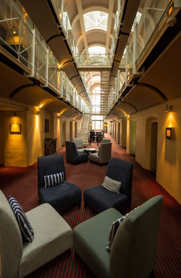 Oxfordin vankilahotellin aulatiloista näkyy hyvin paikan historia.