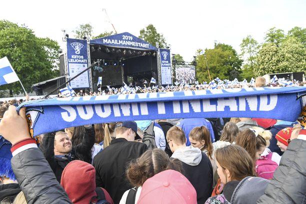 Suomen jääkiekkomaajoukkueen maailmanmestaruutta juhlittiin Kaisaniemenpuistossa maanantaina.