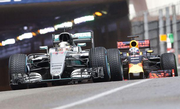 Lewis Hamilton ja Daniel Ricciardo taistelevat kärjessä.