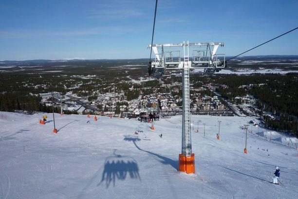Levin hiihtokeskus suljetaan koronavirustilanteen takia. Alueen baareissa on ollut yhä toimintaa ja ihmisiä.