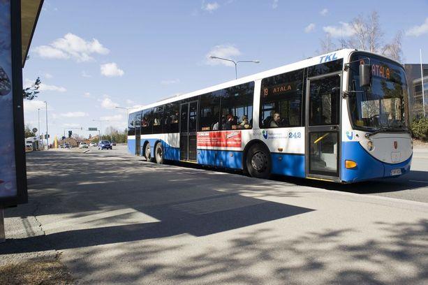 Bussinkuljettajan olo voi olla hyvin tukala ohjaamossa, kun lämpötila nousee jopa yli 40 asteen eikä taukoja voi pitää, kertovat kuljettajat. Kuvituskuva.