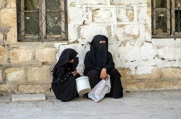 Niqabia käyttävä nainen hiljattain Isisiltä vallatussa Jarabulusissa Syyriassa. Kuva viime viikon keskiviikolta.
