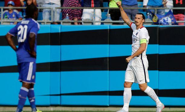Zlatan Ibrahimovic pääsi tuulettamaan maalia, koska tuomarilta jäi huomaamatta hänen punaisen kortin arvoinen rikkeensä.
