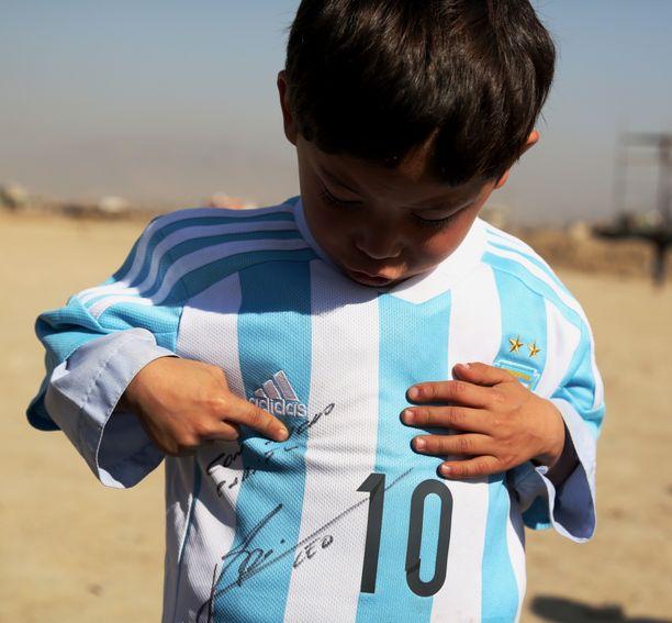 Murtaza Ahmadi esitteli Lionel Messiltä saamaansa pelipaitaa.