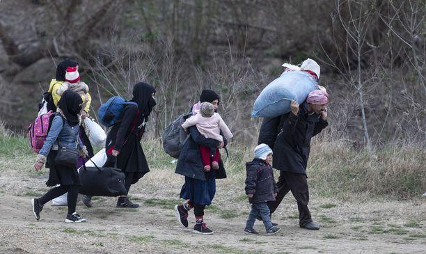 Pakolaisperhe yrittää löytää reitin Kreikan rajalle.
