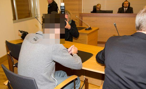 Kotkalaisnuorukaisen murhasta syytetty esiintyi oikeudessa rauhallisesti ja katseli pöydällä yhdessä olevia käsiään.