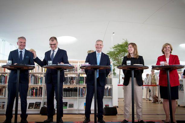 Juha Sipilä lohduttaa Antti Rinteen suolaamaksi joutunutta Pekka Haavistoa.