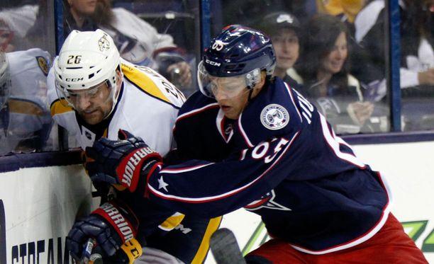 Markus Nutivaara (oikealla) on kauden alun NHL-rosterien selvästi suurin suomalaisyllätys.
