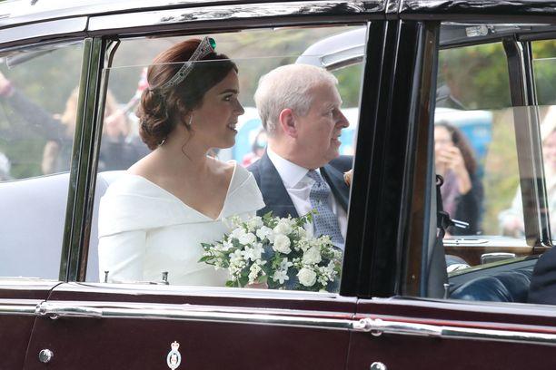 Prinsessa Eugenien yllä nähtiin perinteikkyyttä huokuva hääasu.