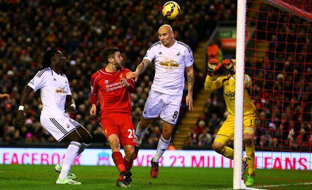 Swansean Jonjo Shelveyn ilta ei mennyt muutenkaan putkeen. Tässä syntyy Liverpoolin neljäs osuma - Shelveyn päästä.