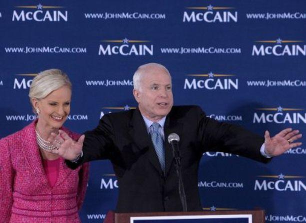 John McCainilla uskotaan olleen rakkaussuhde nuoren naislobbaajan kanssa. Senaattorin rinnalla Ohiossa kampanjoi eilen Cindy-vaimo.
