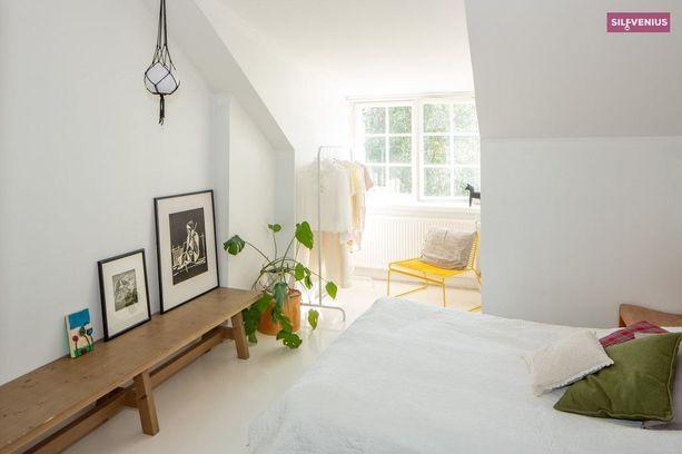 Ullakkoasunnon toisessa makuuhuoneessa on kaunis erkkeri.