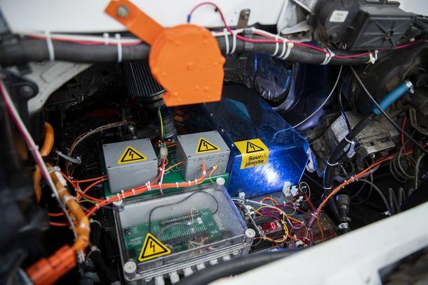 Vanhan Chevrolet Astron muuttaminen bensamoottorisesta sähköllä käyväksi vei Juha Raussilta vuoden. Työn mittavuutta kuvaa ehkä parhaiten se, että auton noin 55 kilowattitunnin akuston Raussi rakensi itse noin 5400 yksittäisestä kennosta.