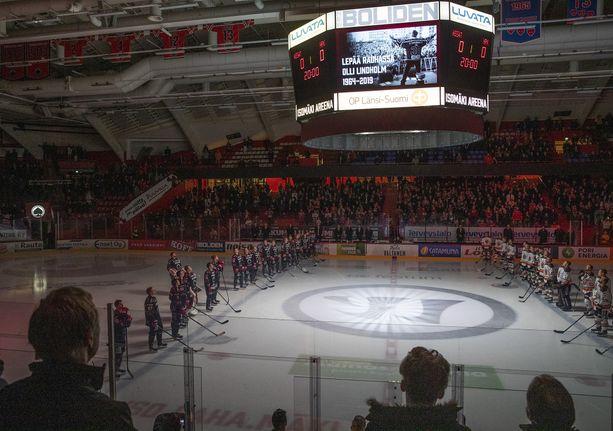 Olli Lindholmia kunnioitettiin ennen keskiviikon SM-liigapelin alkua.