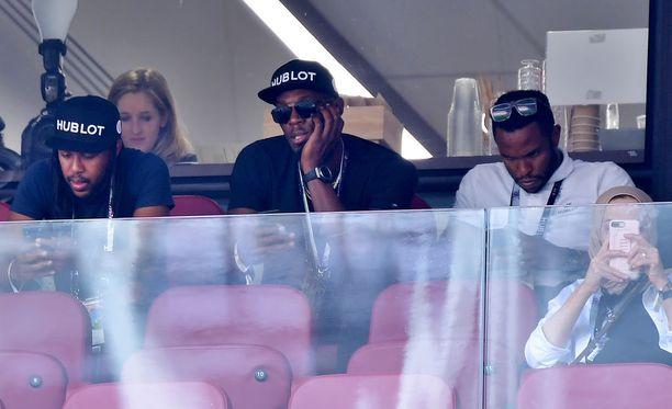 Usain Bolt on ystävineen Luzhnikilla jalkapallon MM-finaalissa.