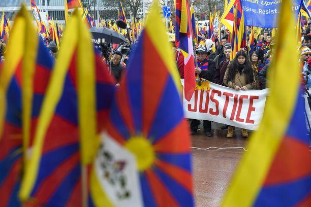 Tiibetiläisiä osoittamassa mieltään Genevessä kuukausi sitten.
