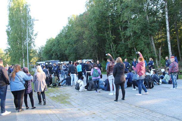 Aluksi turvapaikanhakijat osoittivat mieltään kadulla istuen.