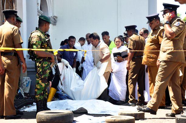 Ainakin 290 ihmistä kuoli ja 500 loukkaantui Sri Lankan pommi-iskuissa pääsiäissunnuntaina.