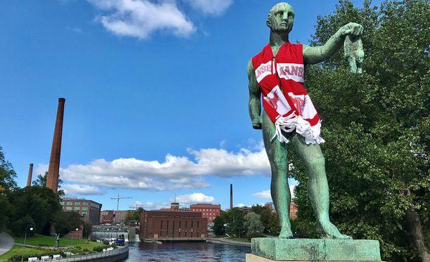Kauppias -veistossa seisoo punavalkoisissa Manse PP:n väreissä Hämeensillalla Tampereella.