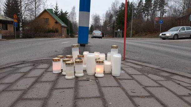 Onnettomuuspaikalle oli tuotu sunnuntaina kynttilöitä.