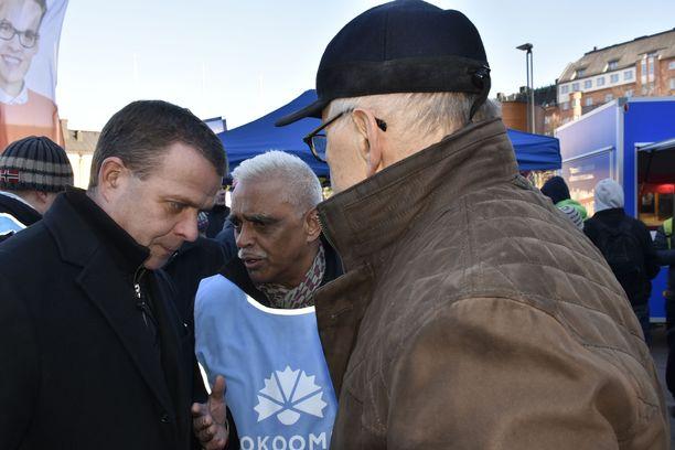 Kokoomuksen puheenjohtaja Petteri Orpo avasi puolueensa kampanjakiertueen perjantaina Helsingissä. Orpo jutteli äänestäjien kanssa Kampissa. LAURI NURMI