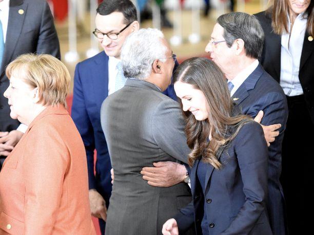 Suomen pääministeri Sanna Marin (sd) poistui EU-johtajien ryhmäkuvasessiosta Saksan liittokanslerin Angela Merkelin vanavedessä.