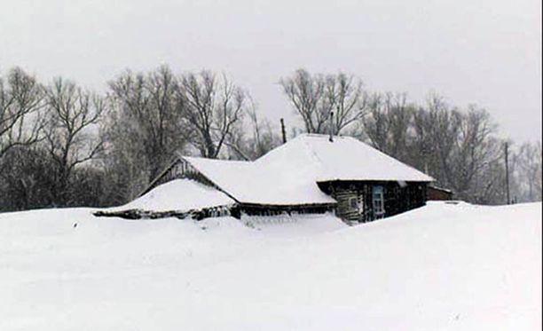 Talo, jonka kylmään porstuaan poika hylättiin on jonkin matkan päässä naapuriasumuksista.