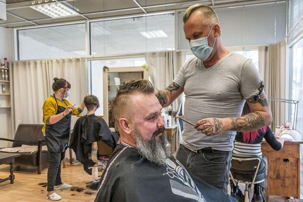 Mark tuli Tõnu Viikin parturiasiakkaaksi Pärnussa.