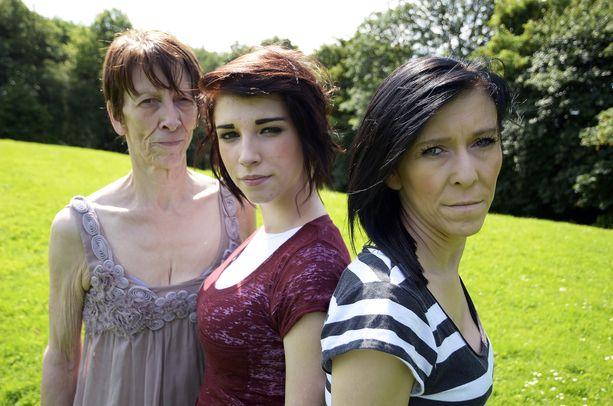Zara, 16, on kuvassa oikealla. Vasemmalla on 43-vuotias Tracy-äiti. 17-vuotias sisko lähtee mukaan USA:han äitinsä ja siskonsa tueksi.
