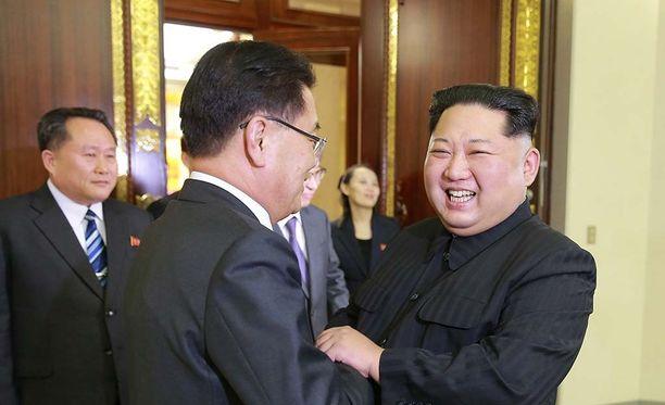 Hymyilevä Kim Jong-un kättelemässä Pohjois-Koreassa maanantaina vieraillutta Etelä-Korean presidentin kansallista turvallisuusneuvonantajaa.