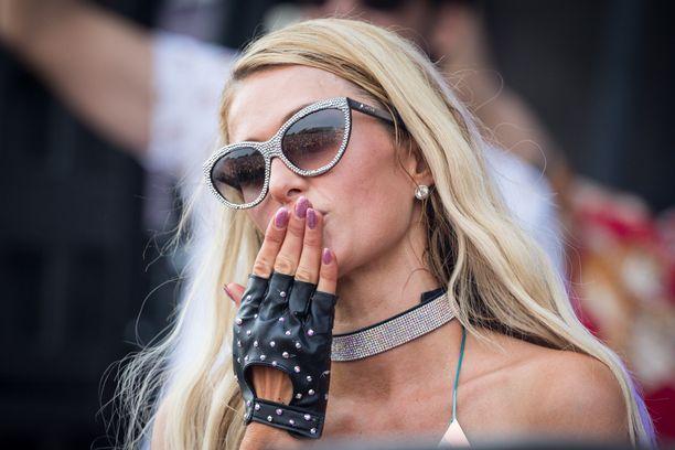 Paris Hilton suree isoisäänsä.