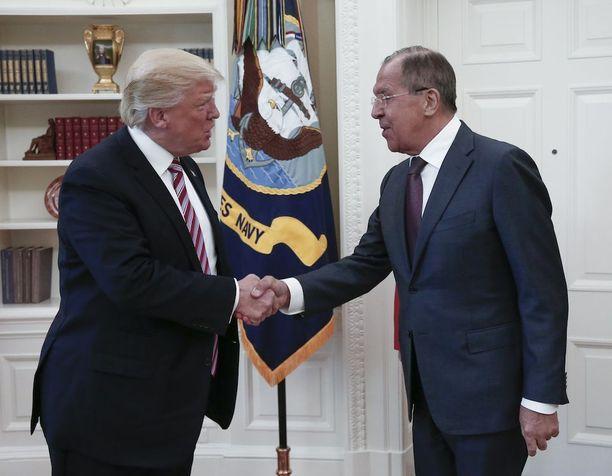 Donald Trump (vas.) tapasi Venäjän ulkoministerin Sergei Lavrovin 10. toukokuuta Valkoisessa talossa.