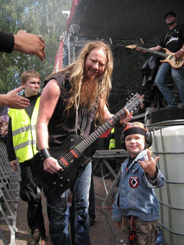 Kuka artisti kiipeää lavalta alas kesken keikan moikkaaman innokasta? No Kotiteollisuuden Jouni Hynynen tietysti. Ja viisivuotias Rony diggaa.