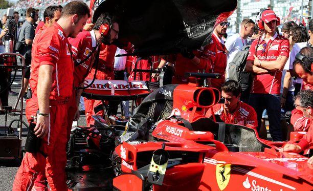 Ferrari yritti korjata Sebastian Vettelin autoa vielä lähtöruudukossakin.
