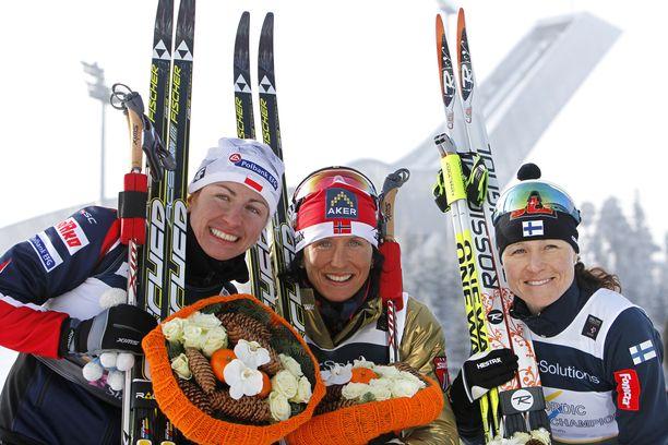 Tuttu näky palkintopallilla 2010-luvun alussa: Justyna Kowalczyk, Marit Björgen, Aino-Kaisa Saarinen. Ensin mainittu jatkaa uraansa edelleen.