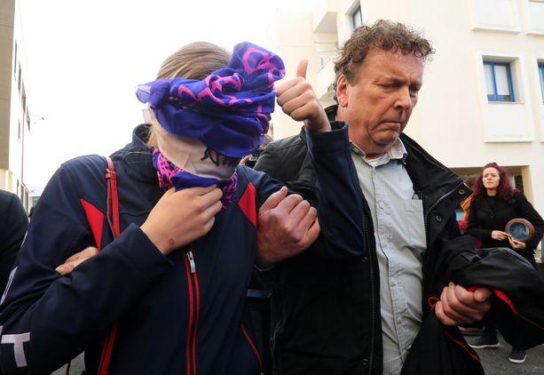 Joukkoraiskauksen uhri peitti kasvonsa saapuessaan oikeuden eteen maanantaina Paralimnissa Kyproksella.