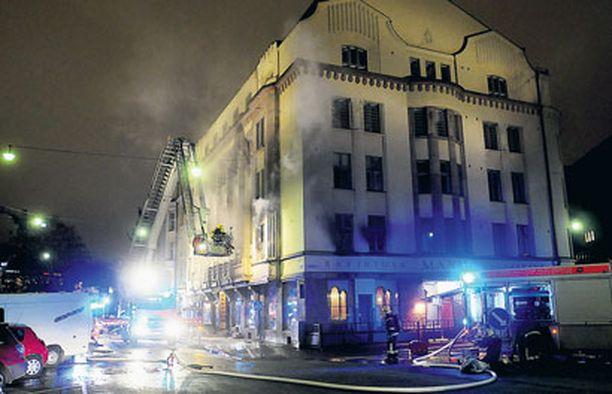 170 EVAKUOITIIN Tulipalon sytyttyä Bottan juhlakerroksesta evakuoitiin noin 170 ihmistä. Kukaan ei loukkaantunut palossa.