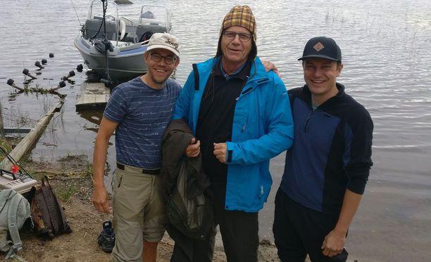 Ilveksen uintia todistivat kalaretkeläiset (vasemmalta oikealle) Petri Korhonen, Ilkka Salminen ja Jani Korhonen.