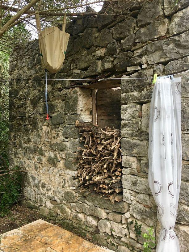 """""""Kylppäri"""" on puutarhassa nelostalon eli vanhan aasitallin takana suojassa. Auringossa lämpiävä puutarhasuihku toimii oikein kivasti näin kesällä, mutta talvella voimme vähän hytistä, Minna kertoo."""