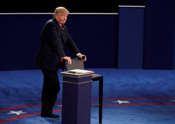 Trump onnistui sunnuntain väittelyesityksellään hieman jarruttamaan perjantaina alkanutta syöksykierrettä, arvioi NBC/WSJ.