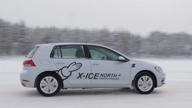 Michelin X-Ice North 4 piti otteensa oikein hyvin myös mutkaisella jääradalla ja pujotteluradalla.