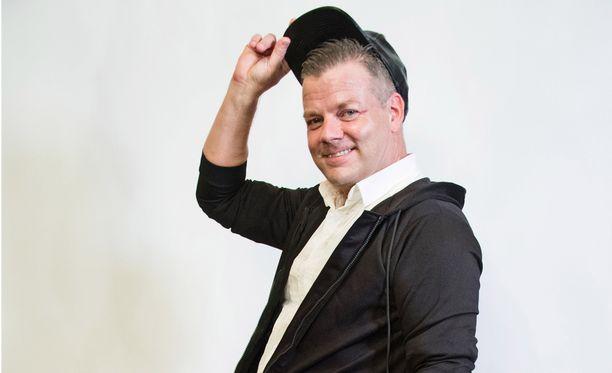 Jari Sillanpää vihjailee suuresta esiintymisareenasta.