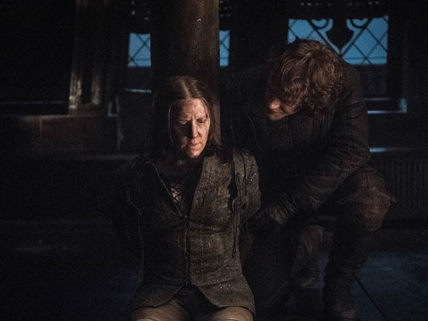 Theon Greyjoy (Alfie Allen) pelastaa Yara Greyjoyn (Gemma Whelan) Euron Greyjoyn kynsistä.