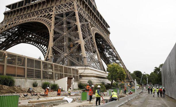 Rakentajat pystyttivät uuden luodinkestävää turva-aitaa Eiffel-tornin ympärille.