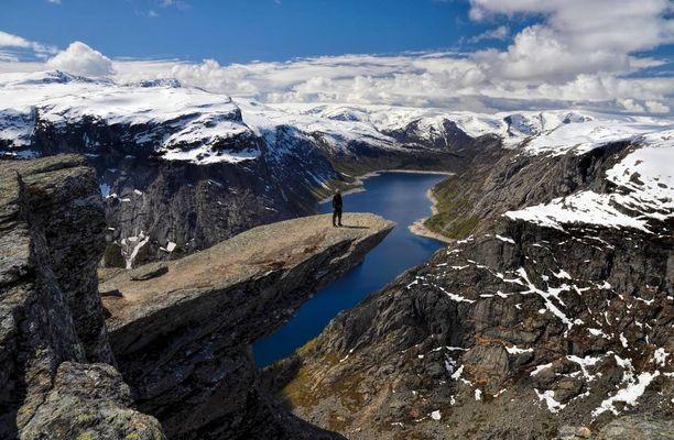 Trolltunga-kielekkeen suositulta näköalapaikalta on satojen metrien pudotus.